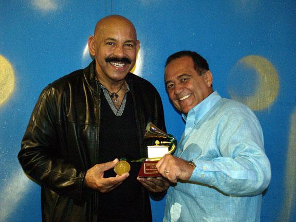 Oscar y su Manager Oswaldo Ponte con el Premio Grammy