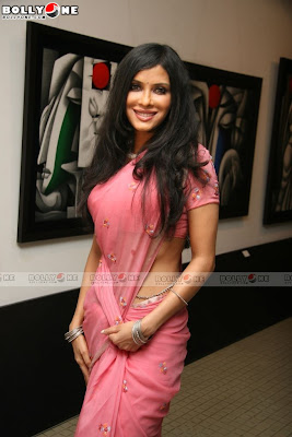 Nandana Sen Sizzles at Art Exhibition