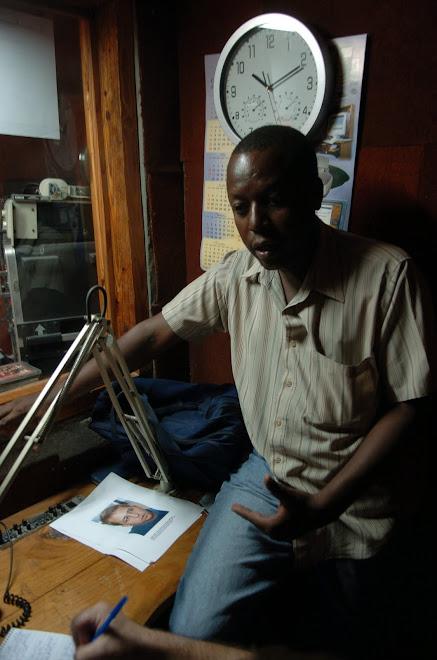 Cyrus Sibert présente son enquête sur Perlitz et le Projet Pierre Toussaint à Mayko Michael.