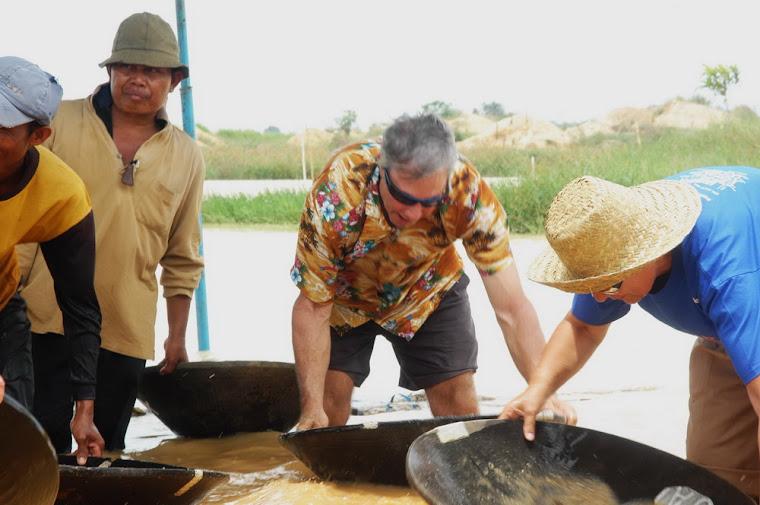 turis dari berbagai negara mendulang intan (foto diambil 10 oktober 2009)