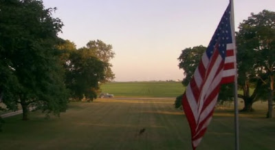 скриншот фильма Провинция. Фото американского флага.
