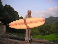 竹で編んだサーフボードでにっこり、菅間くん