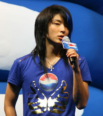 Lee Jun Ki's long hairstyle with blue streak.