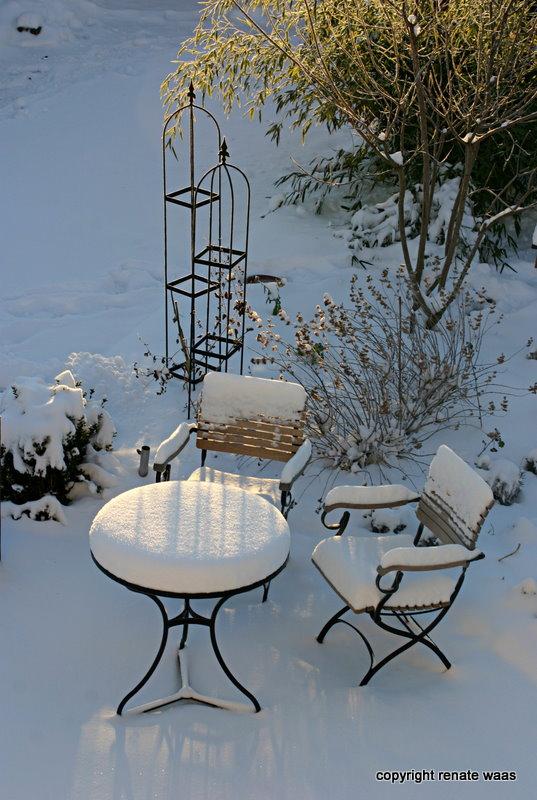 gartenmöbel holz im winter draußen_02:56:15 ~ egenis,