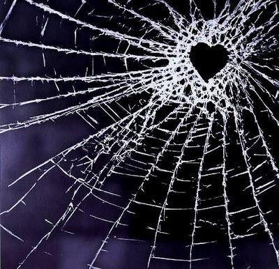 http://3.bp.blogspot.com/_XBYph3CvE1E/SmmfU5soIOI/AAAAAAAAAQE/5gfEYQgST14/s320/cristal+roto,+corazon+roto,+vidrio+roto,+nunca+mas,+orgullo,+indiferencia,+no+vuelvo+nunca+mas,+perlas+a+los+cerdos,+corazon,+blanco+y+negro,+laberinto+de+recuerdos,+tortura,+no+vuelvo+nunca+mas.jpg