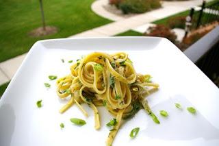 معكرونة فيتوتشيني مع البصل الأخضر