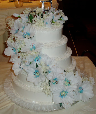 The Bride And Groom Had A Summer Wedding At Beautiful Crest Hollow Country Club They Chose This Five Tier White Cake With Rhinestones