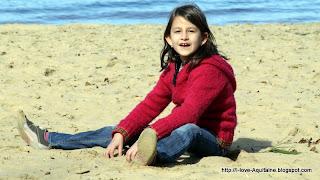 Clara playing in the sand at Léon lake