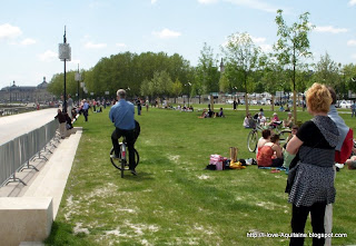 Picnic along the quays in Bordeaux