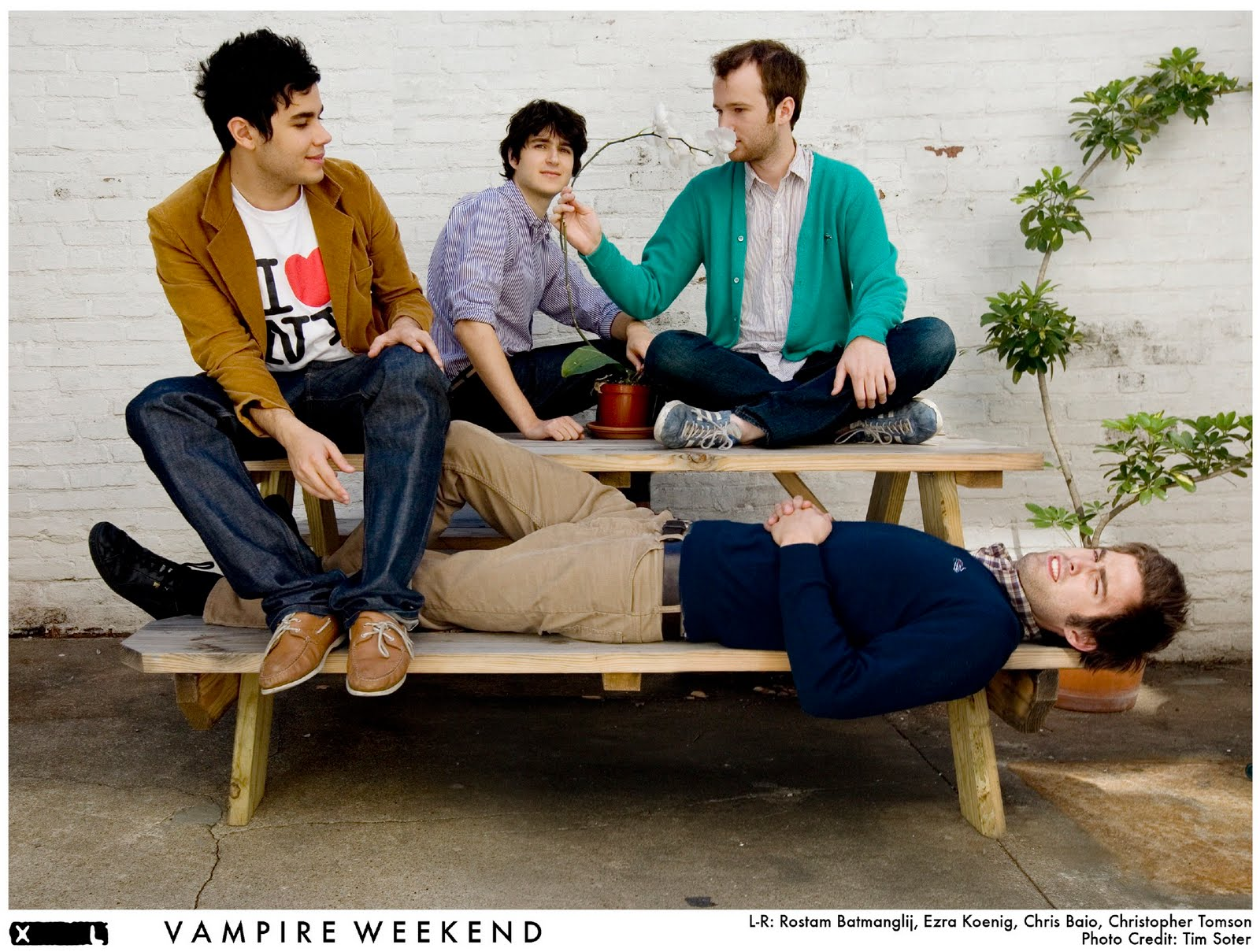 http://3.bp.blogspot.com/_XOeVc3fO9-8/TGpT_DCqG4I/AAAAAAAAAlA/9L0mO4oxeRA/s1600/vampireweekend_pr1_300d.jpg