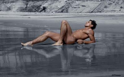 Hombre desnudo solo piscina nadar