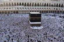 Umat Muslimin Bertawaf Keliling Ka'bah