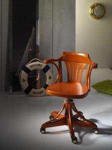 Interiores decoractual dise o y decoraci n for Sillas para escritorio de madera