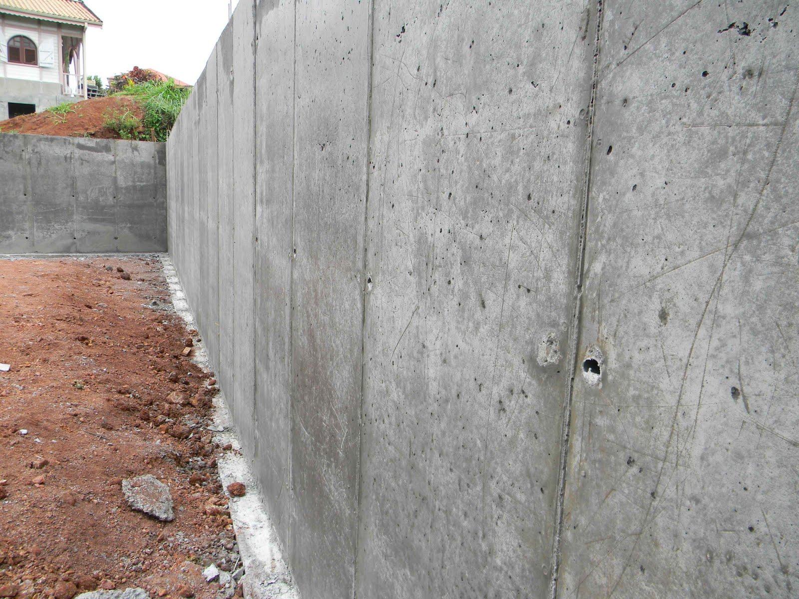Le patio des mornes apr s les murets le mur est - Mur beton banche ...