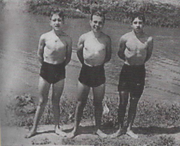 Puertas De Baño Tres Rios: Tres jóvenes posan junto al río, en las inmediaciones de Puerta de