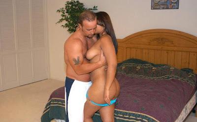 la brunetta succhia il suo uomo e prende in culo