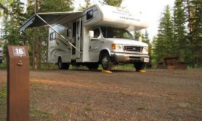 Autocamper på campingpladsen i Green Lake Provincial Park, British Columbia, Canada