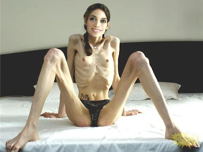 Mulher magra fazendo sexo
