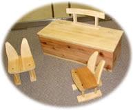 おもちゃ箱はイスと組み合わせて机にもなります。