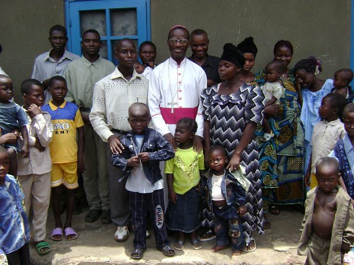 Mgr NKIERE avec la famille de l'Etudiant Alfred DEMBOCK MOMBE