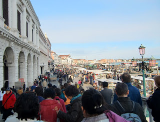 crowds in venice (onemorehandbag)