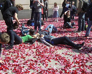 red roses graben (onemorehandbag)