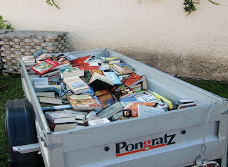 a trailer full of books (onemorehandbag)