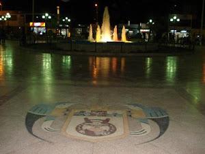 Vista nocturna de la Plaza de Armas de Nasca