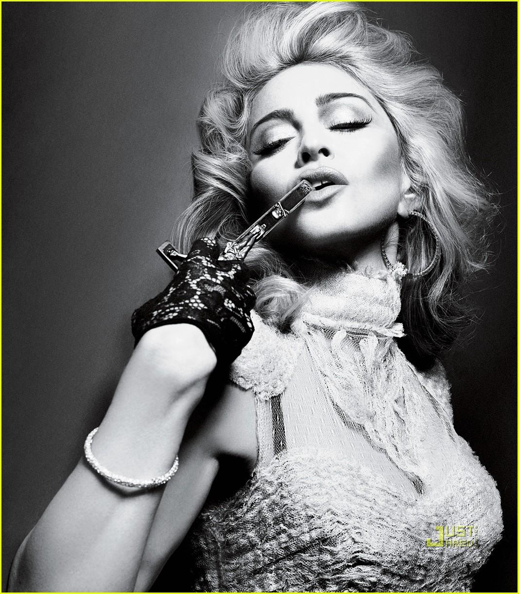 http://3.bp.blogspot.com/_Xt2zx54laSA/S-AssWPTKlI/AAAAAAAAF2A/onmttWkH8jw/s1600/madonna-interview-magazine-crucifix-05.jpg