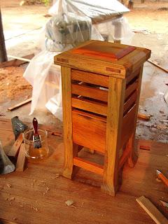 luminária, objeto de arte em madeira
