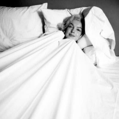 http://3.bp.blogspot.com/_Y-3YW9_hvco/SwnDtlPtZtI/AAAAAAAAAEQ/H6lZRIaJIzc/s400/Marilyn-Monroe-in-Bed-Milton-H--Greene-148388.jpg