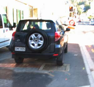 Ghuznee St pavement blocked by rental SUV