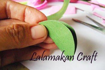 mahkota bunga dari kertas berwarna hijau daun, pertama buat kertas ...
