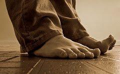 primer plano en sepia de pies femeninos descalzos