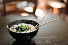 plato de comida oriental con palillos chinos en ella