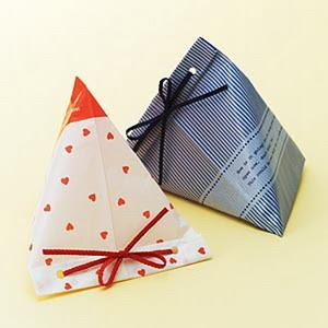 การห่อของขวัญแบบสามเหลี่ยม<br />