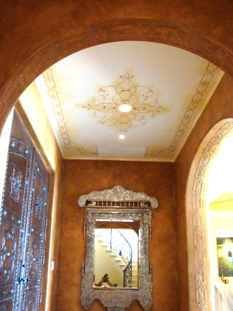 techo pintado y arcos con altorrelieve