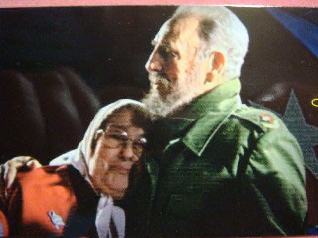 [Hebe+Bonafini+abraza+a+Fidel+003.jpg]