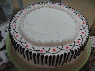 Coklat juga boleh dilelehkan di tepi kek.
