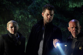 FRINGE: Peter (Joshua Jackson, C) and Olivia (Anna Torv, L) investigate a missing-persons case in the FRINGE episode 'Night of Desirable Objects' airing Thursday, September 24 (9:00-10:00 PM ET/PT) on FOX. ©2009 Fox Broadcasting Co. CR: Liane Hentscher/FOX