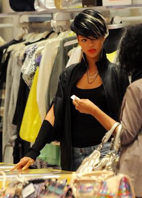 riri2 Rihanna: Serial clubbeuse, shoppeuse et vacanceuse (heuu ca ne se dit pas je crois...)