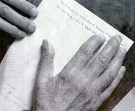 Las manos de Miguel Delibes sobre el papel...
