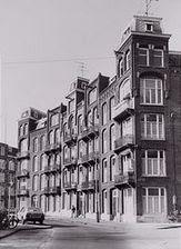 ...het huizenblok vlakbij de Amaliastraat aan de rotonde Fred.Hendrikplantsoen