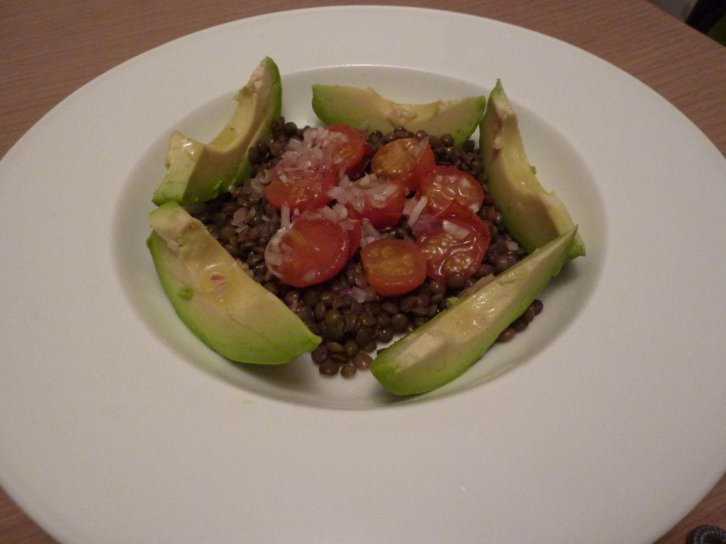 essen ist fertig puy linsen salat mit avocado und geroesteten tomaten. Black Bedroom Furniture Sets. Home Design Ideas