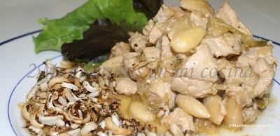 Pollo con almendras acompañado de arroz salvaje