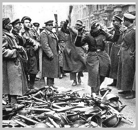 [Imagen: germans-surrender-berlin-april-1945-east...en-001.jpg]