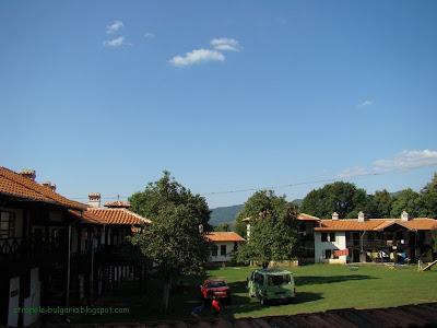 Двора на манастира Варовитец