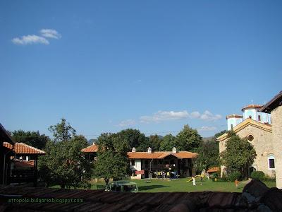 Двора с църквата Света Троица в Етрополски манастир