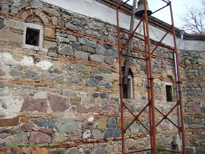 """Църквата на село Чуйпетлово """"Света Петка""""-странична стена с камбаната"""