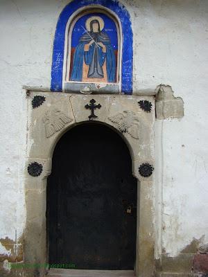 """Църквата на село Чуйпетлово """"Света Петка""""-входа със стренопис на света Петка"""